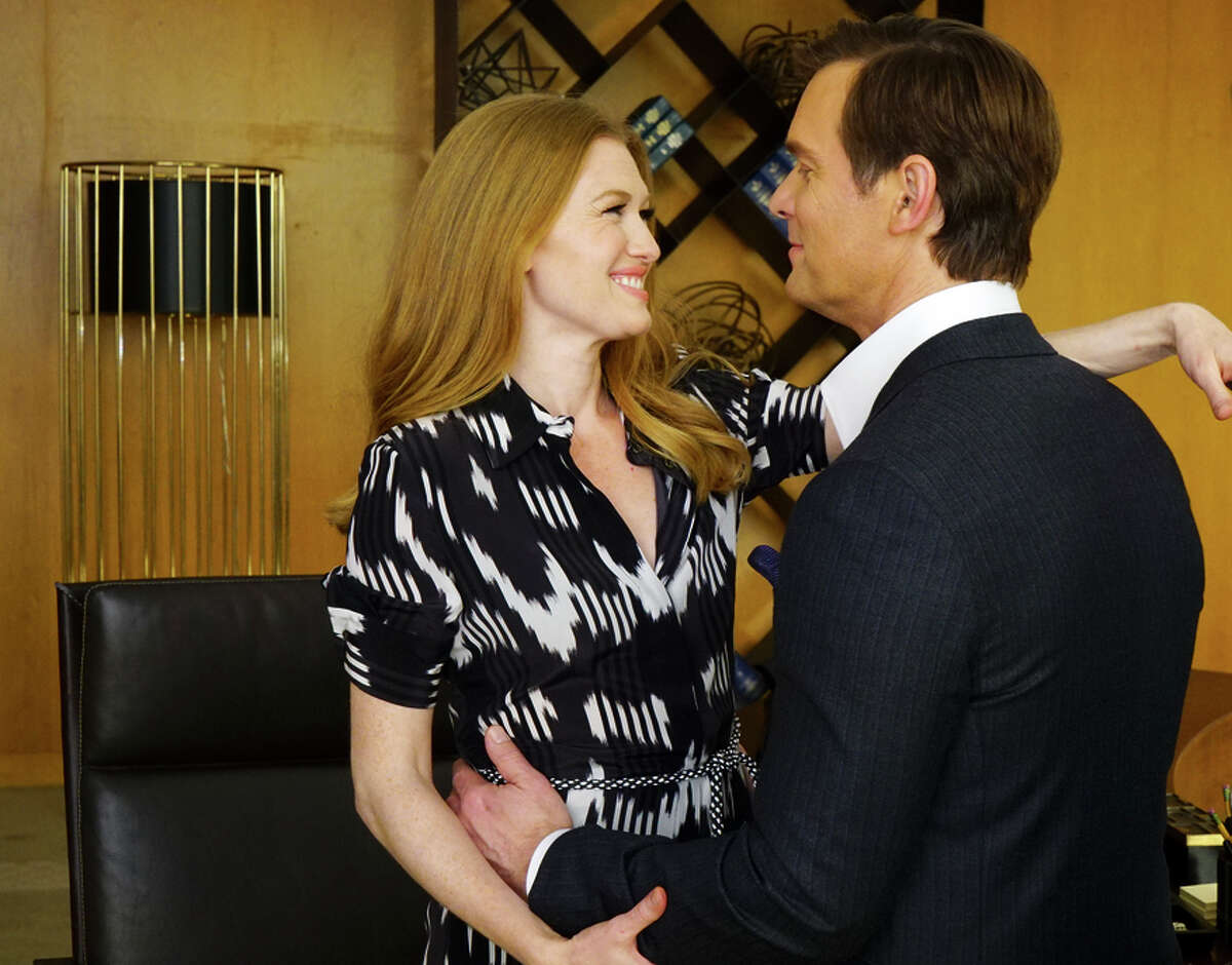 Alice Vaughan (Mireille Enos, left) is a private investigator in Los Angeles who specializes in catching con artists - and then is surprised to discover that her fiance (Peter Krause) has disappeared with millions of dollars of her money.