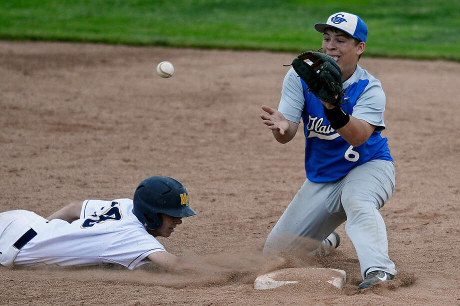 Gladwin's Drew Cantrell catches the ball as Mount Pleasant's Mitch Ridley slides safely back into second base during a pickoff attempt Tuesday. Gladwin lost to Mount Pleasant 5-0. Photo: SEAN PROCTOR | Sproctor@mdn.net