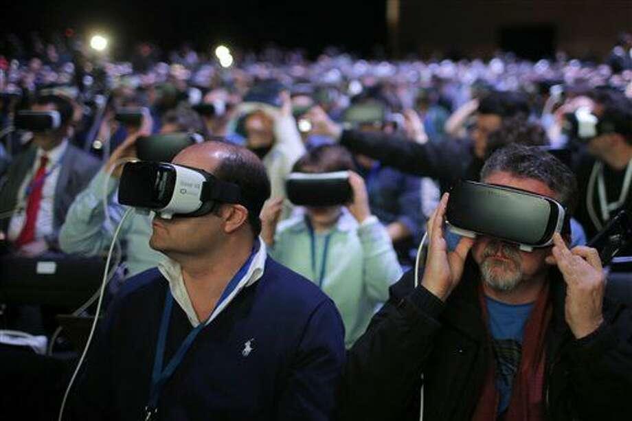 Los asistentes a una presentación usan el nuevo Samsung Gear 360, que cuenta con una cámara de 360 grados, durante el evento Samsung Galaxy Unpacked 2016 en Barcelona, España, el domingo 21 de febrero de 2016. (Foto AP/Manu Fernadez) Photo: Manu Fernandez
