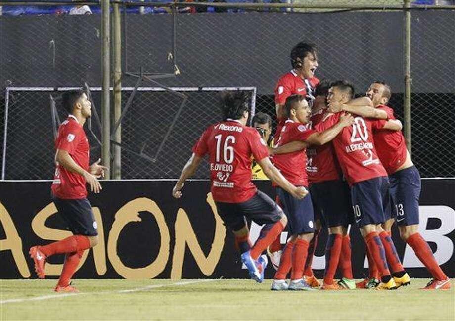 Los jugadores de Cerro Porteño de Paraguay celebran después de que Jonathan Santana anotó un tanto ante Cobresal de Chile, en un duelo de la Copa Libertadores llevado a cabo el jueves 25 de febrero de 2016 (AP Foto/Jorge Sáenz) Photo: Jorge Saenz