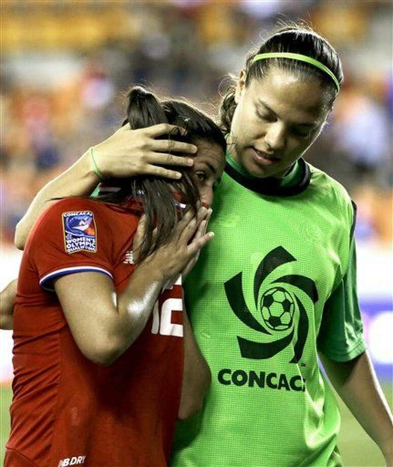 Yalitza Sánchez, de la selección de Costa Rica, consuela a Lixy Rodríguez (12), tras la derrota ante Canadá en las semifinales del preolímpico de la CONCACAF, el viernes 19 de febrero de 2016 (AP Foto/David J. Phillip) Photo: David J. Phillip