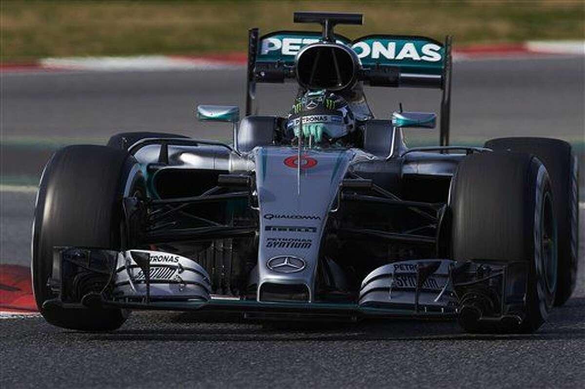 El piloto de Mercedes, Nico Rosberg, maneja en una prueba de pretemporada de la F1 el miércoles, 24 de febrero de 2016, en Montmelo, cerca de Barcelona. (AP Photo/Siu Wu)