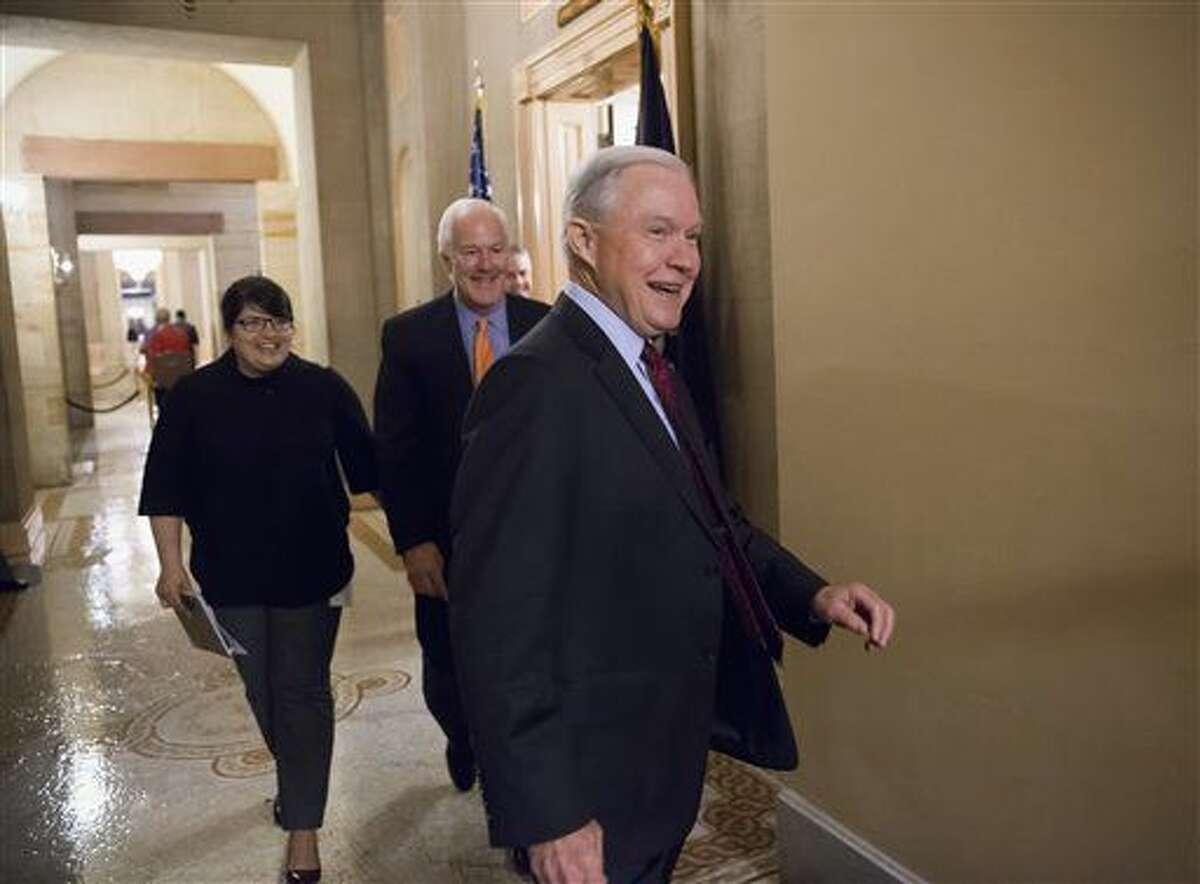 El senador republicano por Alabama Jeff Sessions, seguido por el senador por Texas John Cornyn, saliendo de una reunión en la oficina del líder de la mayoría republicana en el Senado Mitch McConnell en el Congreso en Washington el 23 de febrero del 2016. (AP Photo/J. Scott Applewhite)