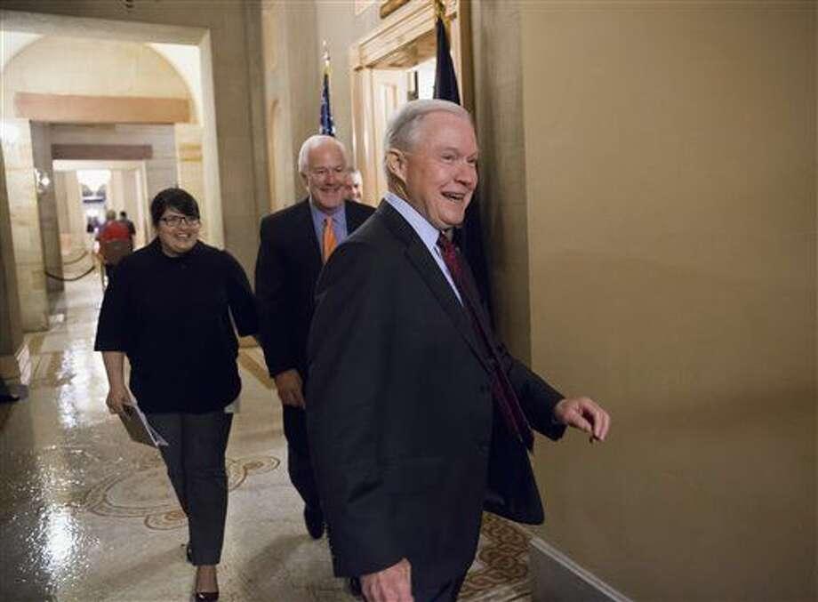 El senador republicano por Alabama Jeff Sessions, seguido por el senador por Texas John Cornyn, saliendo de una reunión en la oficina del líder de la mayoría republicana en el Senado Mitch McConnell en el Congreso en Washington el 23 de febrero del 2016. (AP Photo/J. Scott Applewhite) Photo: J. Scott Applewhite