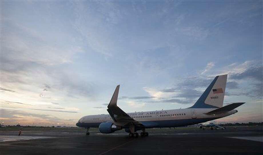 ARCHIVO - En esta foto de archivo del 14 de agosto de 2014, el avión que transporta al secretario norteamericano de Estado, John Kerry, se dispone a despegar del aeropuerto de La Habana, Cuba, tras de que el funcionario reinaugurara la embajada norteamericana tras 54 años de ruptura de relaciones diplomáticas. Estados Unidos y Cuba suscribirán la semana entrante un acuerdo para reanudar el tránsito comercial aéreo por primera vez en cinco décadas, dijeron funcionarios estadounidenses el viernes 12 de febrero de 2014, en un compromiso que derivará en decenas de vuelos diarios a finales de año. (AP Foto/Ismael Francisco, Cubadebate, Archivoe) Photo: Ismael Francisco