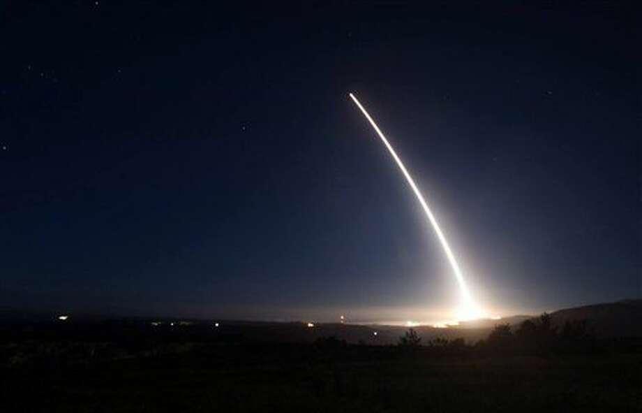 En esta imagen, tomada el 20 de febrero de 2016, distribuida por la Fuerza Aérea de Estados Unidos, un misil balístico intercontinental Minuteman III, lanzado durante una prueba en la base Vandenberg de la Fuerza Aérea, en California. (Fuerza Aérea de Estados Unidos via AP, archivo) Photo: Uncredited