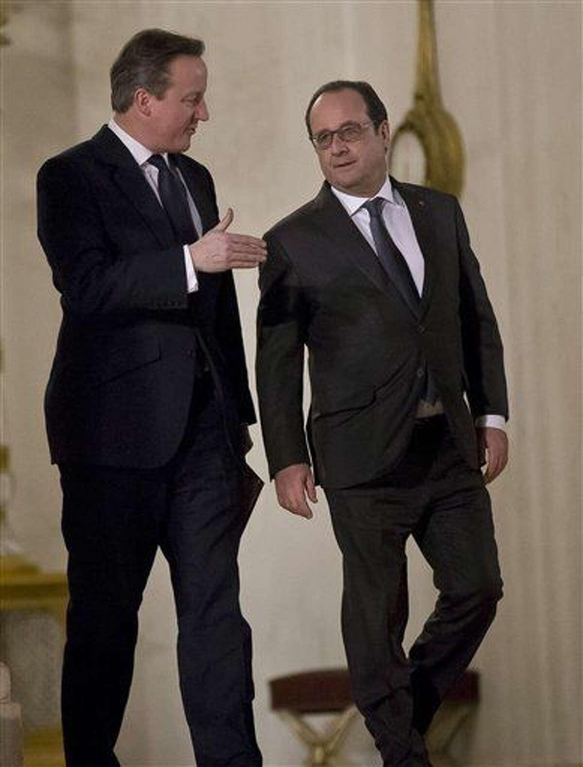 El primer inistro británico, David Cameron, izquierda, habla con el presidente francés, Francois Hollande, tras una reunión en París el lunes, 15 de febrero del 2016. (Foto AP/Michel Euler)