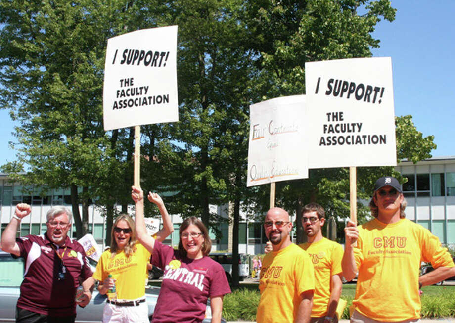 CMU Faculty Association members hold an informational picket in front of the Bovee University Center in Mount Pleasant Friday. Photo: LISA SATAYUT | For The Daily News