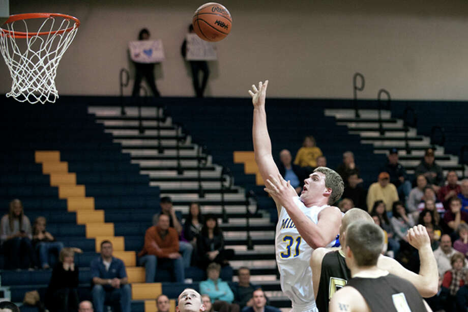 THOMAS SIMONETTI | tsimonetti@mdn.net Midland's Andrew Wylie floats in a shot during a District semifinal matchup against Bay City Western at Mount Pleasant. Photo: Thomas Simonetti / © Thomas Simonetti Midland Daily News