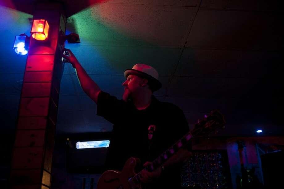THOMAS SIMONETTI | tsimonetti@mdn.net Joe Blues, a blues guitarist, gets ready for a show at Tiz-It in Midland. Photo: Thomas Simonetti
