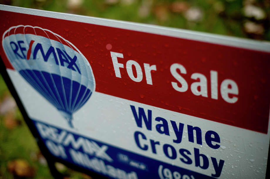 NICK KING | nking@mdn.net RE/MAX agent Wayne Crosby's sign is displayed outside a home for sale off Warblers Way Drive in Midland. Photo: Nick King/Midland  Daily News / Midland Daily News