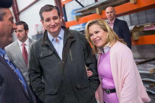 El precandidato presidencial republicano Ted Cruz y su esposa Heidi visitan una instalación manufacturera el 24 de marzo de 2016 en Dane, Wisconsin.