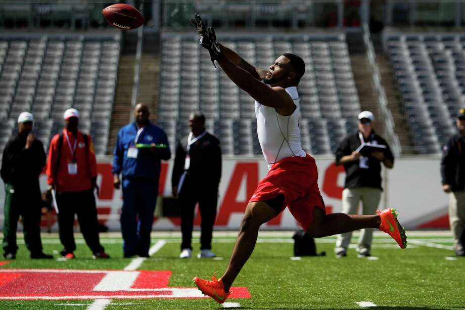 University of Houston football player Elandon Roberts catches a pass during position drills during UH Pro Day Thursday, March 24, 2016 in Houston. Photo: Michael Ciaglo, Houston Chronicle / © 2016  Houston Chronicle