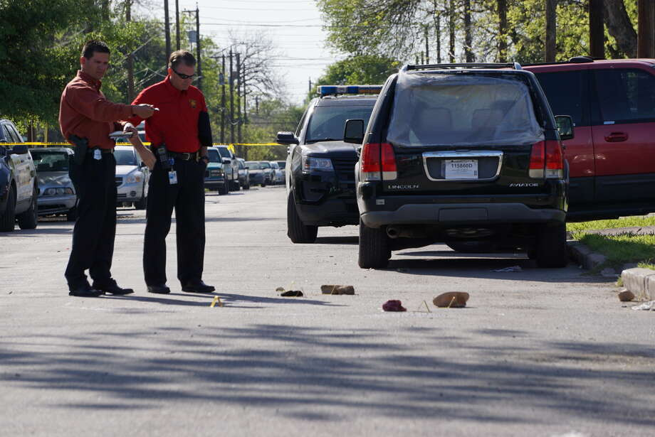 Detectives investigate the evidence after a shooting on the West Side in the 2900 block of Chihuahua Street. Photo: Jacob Beltran, San Antonio Express News
