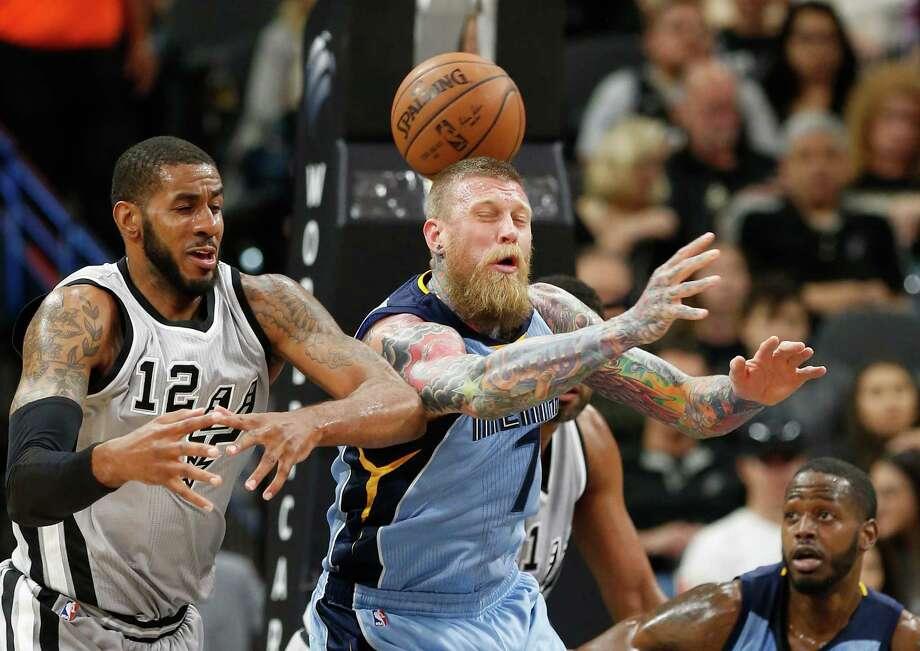 Spurs' LaMarcus Aldridge (12) and Memphis Grizzlies' Chris Andersen (07) tangle for loose ball at the AT&T Center on Friday, Mar. 25, 2016. (Kin Man Hui/San Antonio Express-News) Photo: Kin Man Hui, Staff / San Antonio Express-News / ©2016 San Antonio Express-News