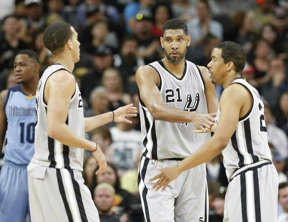 Spurs' Tim Duncan (21) encourages teammates Kevin Martin (23) and Andre Miller (24) during the game against the Memphis Grizzlies at the AT&T Center on March 25, 2016. Photo: Kin Man Hui /San Antonio Express-News / ©2016 San Antonio Express-News