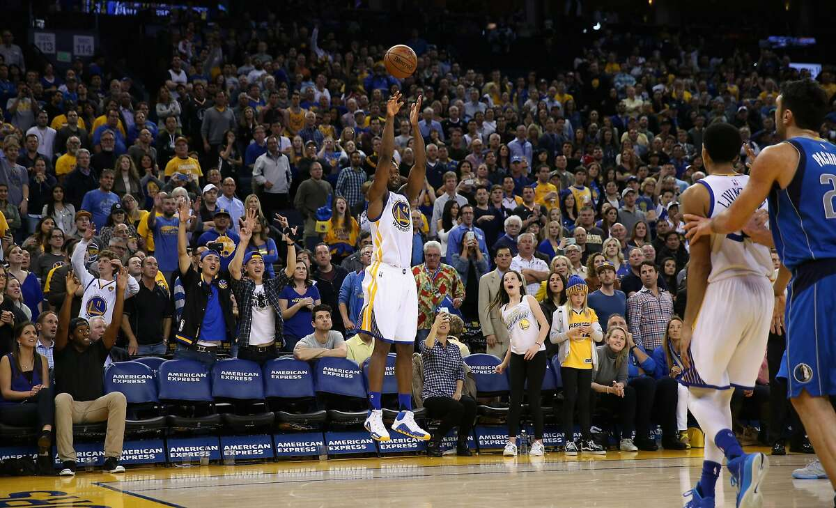 OAKLAND, CA - MARCH 25: Harrison Barnes #40 of the Golden State Warriors makes a three-point basket late in the fourth quarter against the Dallas Mavericks at ORACLE Arena on March 25, 2016 in Oakland, California. NOTE TO USER: User expressly acknowledges and agrees that, by downloading and or using this photograph, User is consenting to the terms and conditions of the Getty Images License Agreement. (Photo by Ezra Shaw/Getty Images)