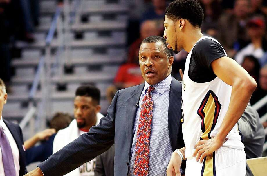 Pelicans coach Alvin Gentry talks to forward Anthony Davis between plays during the second half against the San Antonio Spurs in New Orleans, on March 3, 2016. Photo: Max Becherer /Associated Press / FR171354 AP