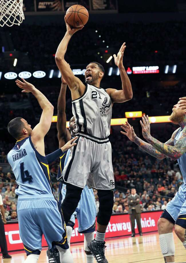 Tim Duncan gets away from Chris Andersoen and takes advantage of a mismatch with Jordan Farmar as the Spurs host the Grizzlies at the AT&T Center on March 25, 2016. Photo: TOM REEL, STAFF / SAN ANTONIO EXPRESS-NEWS / 2016 SAN ANTONIO EXPRESS-NEWS