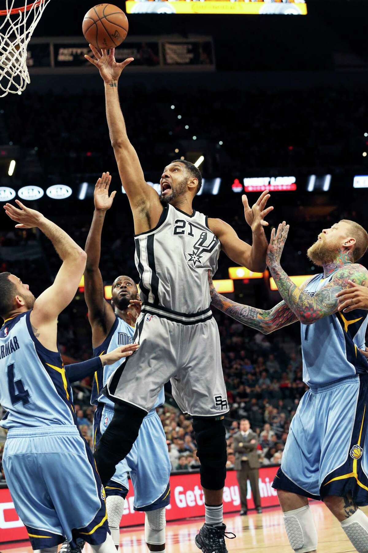 Tim Duncan gets away from Chris Andersoen and takes advantage of a mismatch with Jordan Farmar as the Spurs host the Grizzlies at the AT&T Center on March 25, 2016.