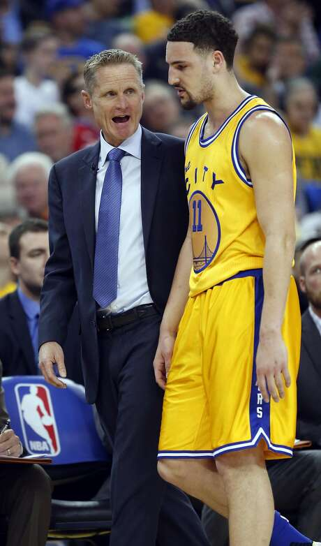 Golden State Warriors' head coach Steve Kerr talks with Klay Thompson in 1st quarter against Washington Wizards during NBA game at Oracle Arena in Oakland, Calif., on Tuesday, March 29, 2016. Photo: Scott Strazzante, The Chronicle