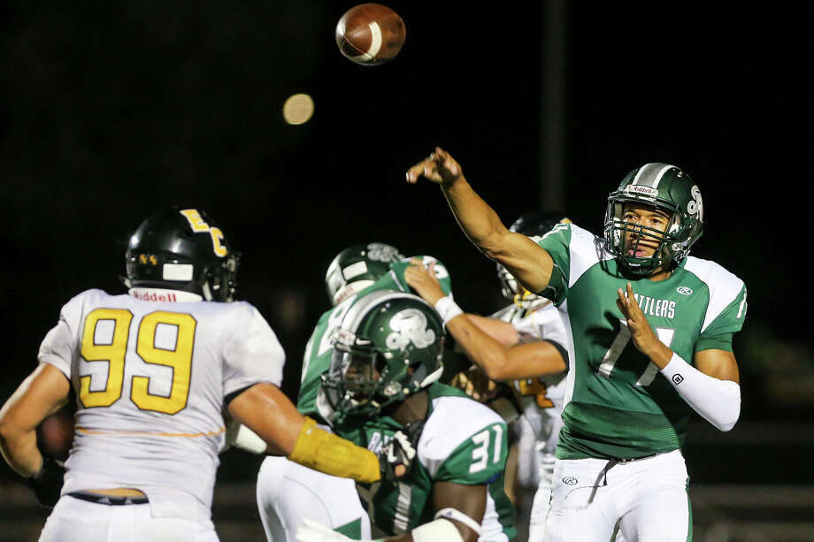 Reagan's Kellen Mond (right) gets off a pass during the second half against East Central at Comalander Stadium on Sept. 19, 2015. Photo: Marvin Pfeiffer /San Antonio Express-News / Express-News 2015