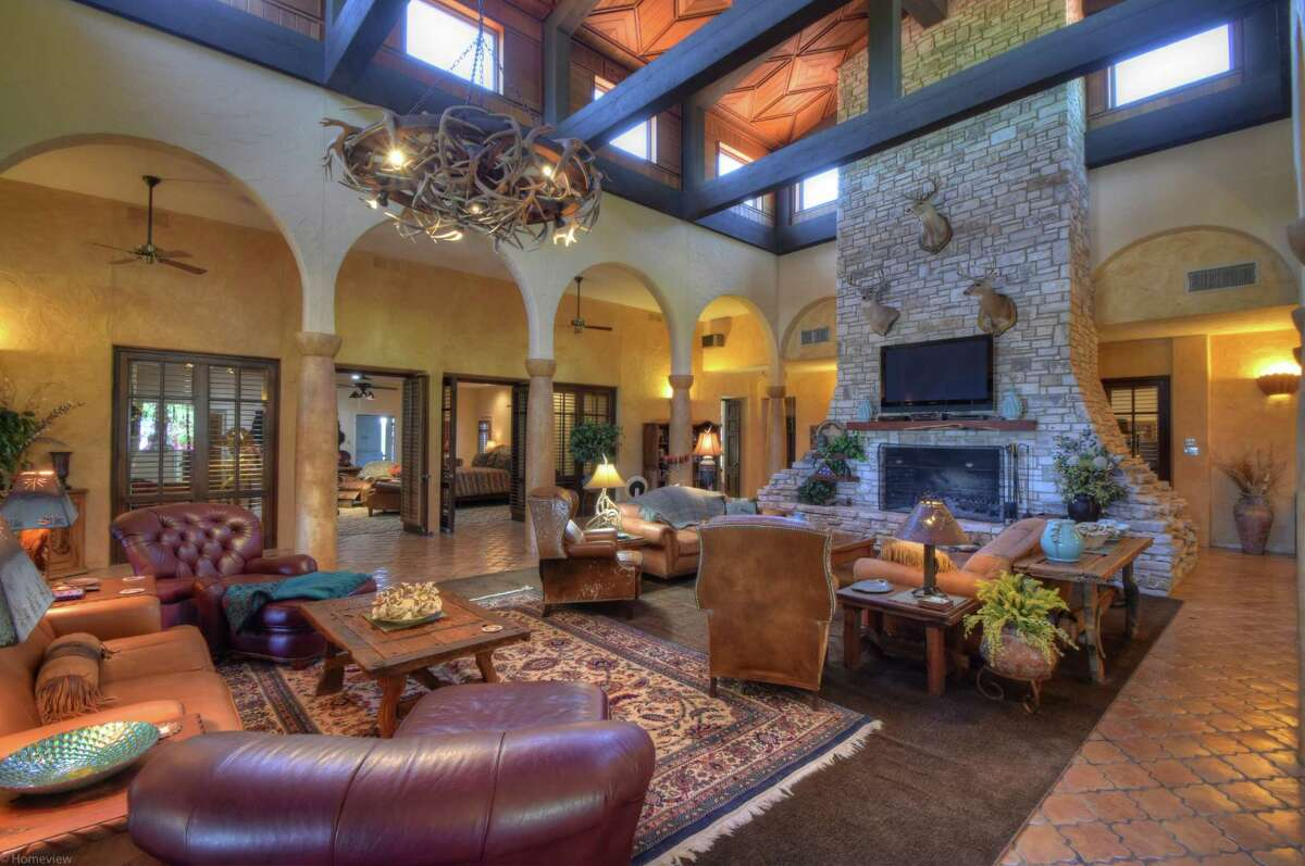 Former Atlanta Braves All-Star third baseman Chipper Jones is selling his 9,000-acre Double Dime Ranch in Maverick County, Texas.