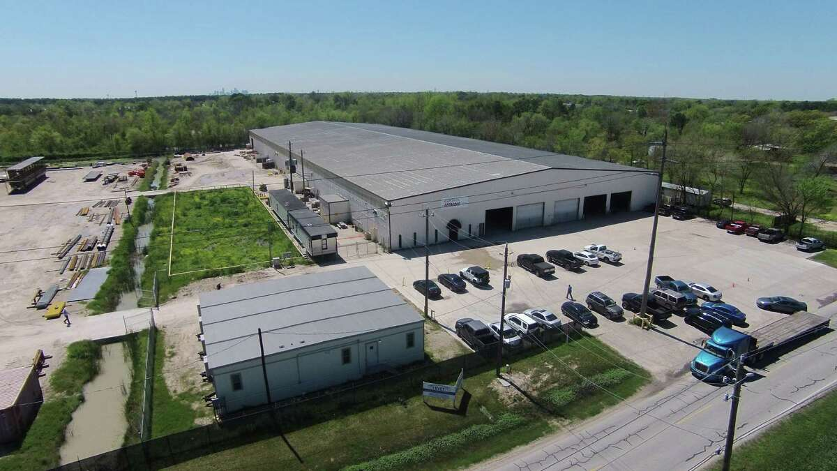 An undisclosed tenant has leased a 100,000-square-foot crane-served manufacturing facility on 14.7 acres at2200 Lauder Road.Clay Pritchett of NAI Partners represented the landlord, GSL Capital Management, a subsidiary of Levey Group. Carlton Anderson of CBRE represented the tenant.