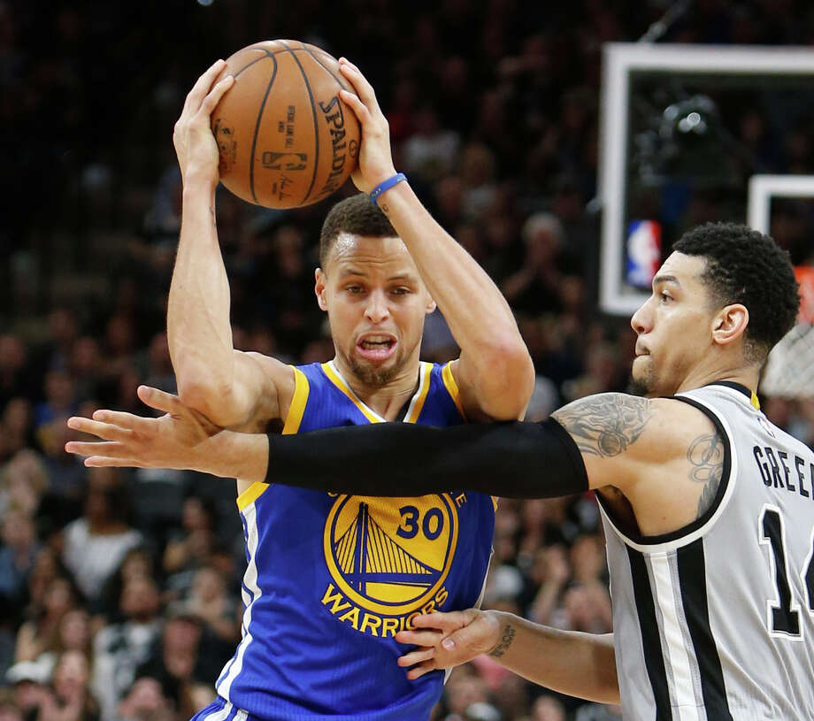 Stephen Curry of the Golden State Warriors is defended by Danny Green of the Spurs at the AT&T Center on March 19, 2016 in San Antonio. Photo: Ronald Cortes /Getty Images / 2016 Getty Images