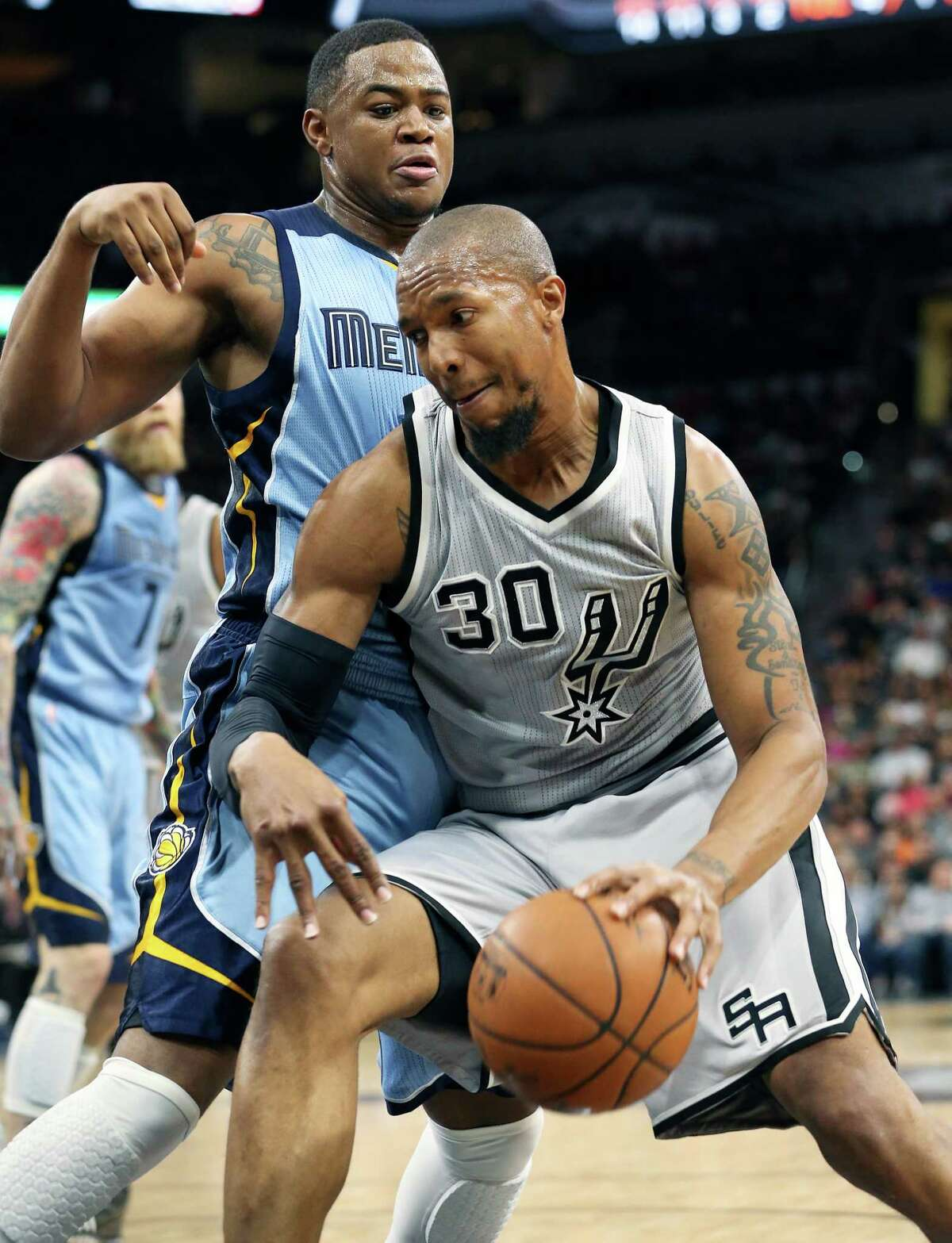 David West pivots in the lane as the Spurs host the Grizzlies at the AT&T Center on March 25, 2016.