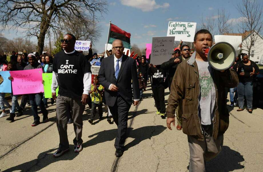 Protesters rally last year after the police shooting death of Justus Howell in Zion, Ill. Could that situation have had a different outcome? Photo: Bob Chwedyk /Associated Press / Daily Herald