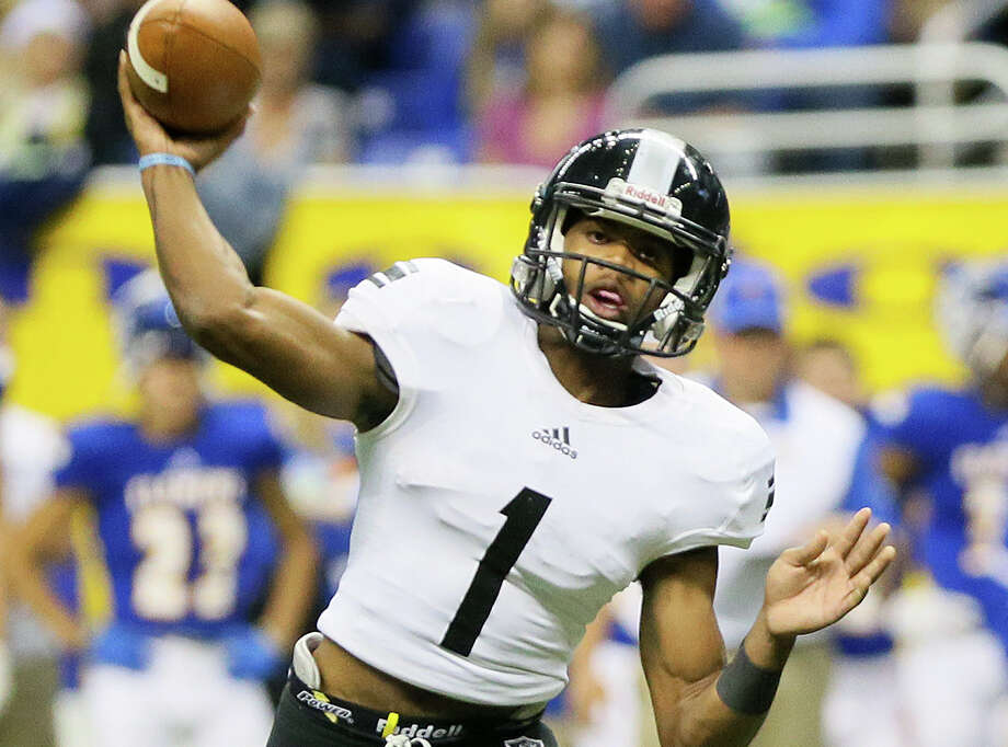 Steele's Xavier Martin throws a pass during the second half of their Class 6A Division II state quarterfinal playoff game with Clemens at the Alamodome on Dec. 5, 2015. Photo: Marvin Pfeiffer /San Antonio Express-News / Express-News 2015