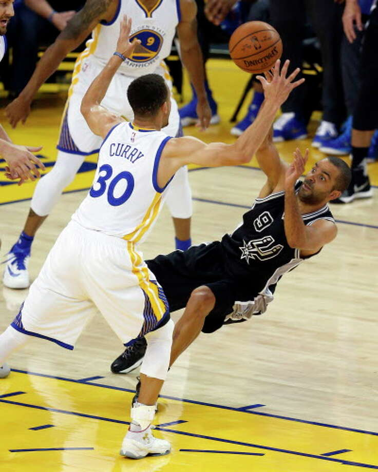 Golden State Warriors' Stephen Curry steals the ball from San Antonio Spurs' Tony Parker in 1st quarter during NBA game at Oracle Arena in Oakland, Calif., on Thursday, April 7, 2016. Photo: Scott Strazzante, AP, Getty / ONLINE_YES