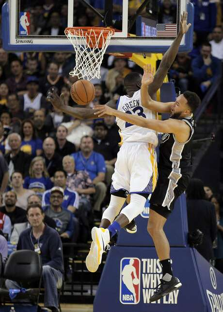 Kyle Anderson (1) passes around a defending Draymond Green (23) during the second half as the Golden State Warriors played the San Antonio Spurs at Oracle Arena in Oakland Calif., on Thursday, April 7, 2016. Photo: Carlos Avila Gonzalez, The Chronicle