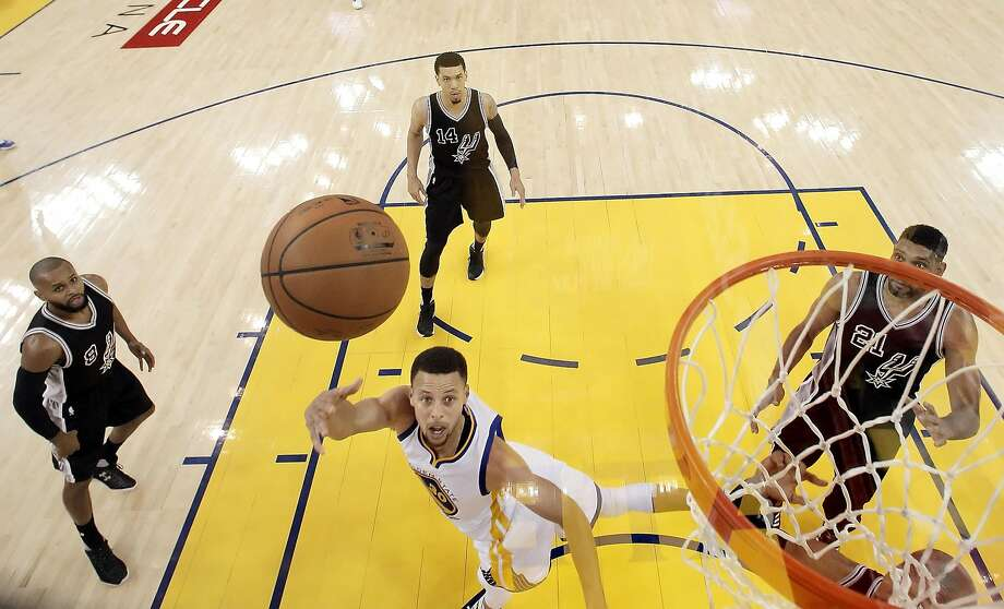 Stephen Curry (30) shoots under the basket in the first half as the Golden State Warriors played the San Antonio Spurs at Oracle Arena in Oakland Calif., on Thursday, April 7, 2016. Photo: Carlos Avila Gonzalez, The Chronicle