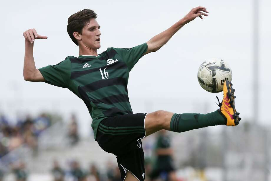 Reagan's Shane Malone kicks the ball during the first half of a Region IV-6A semifinal match agaisnt Laredo United South at the Brownsville Sports Park on April 8, 2016. Photo: Marvin Pfeiffer /San Antonio Express-News / Express-News 2016