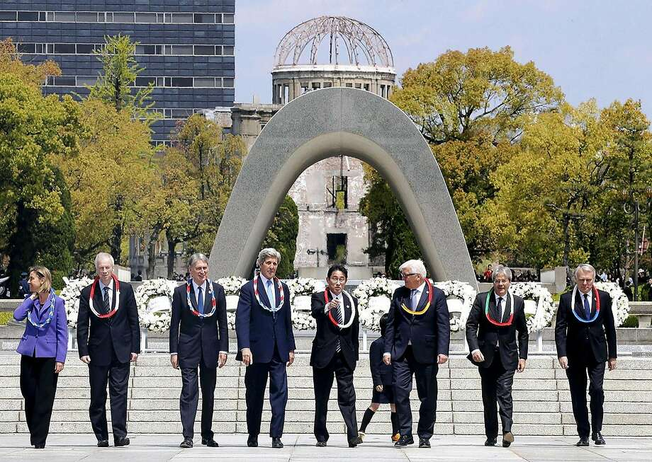 Secretary of State John Kerry (4th from left) and other ministers visit Hiroshima Peace Memorial Park. Photo: JAPAN NEWS-YOMIURI