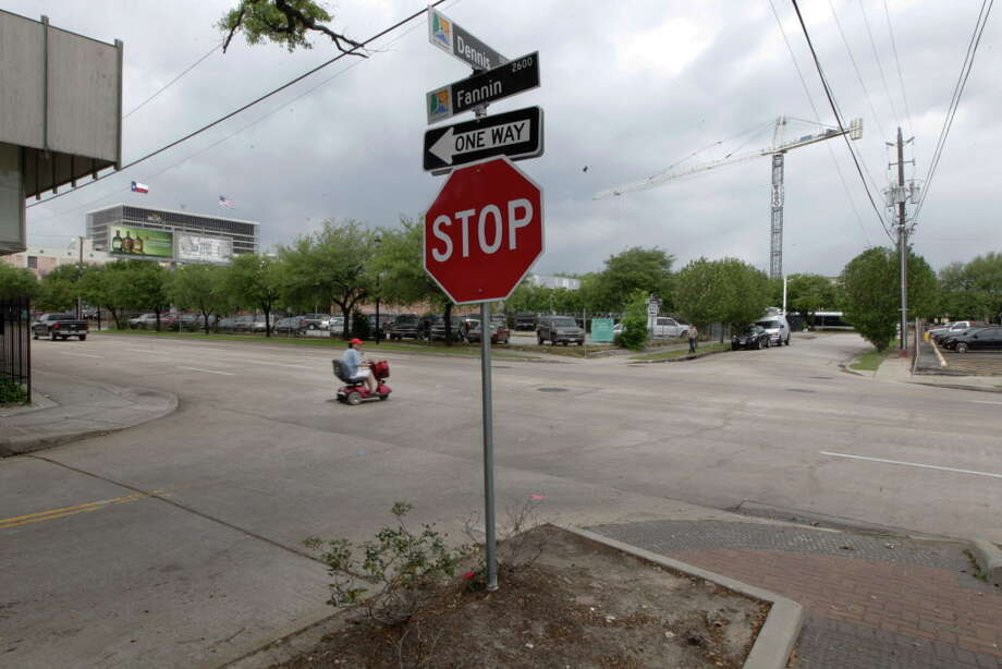 The corner of Dennis and Fannin where a double homicide happen Monday, April 11, 2016, in Houston's Midtown. Police were called Dennis Street in the early-morning hours Monday and found two men shot and beaten. Photo: Steve Gonzales, Houston Chronicle / © 2016 Houston Chronicle