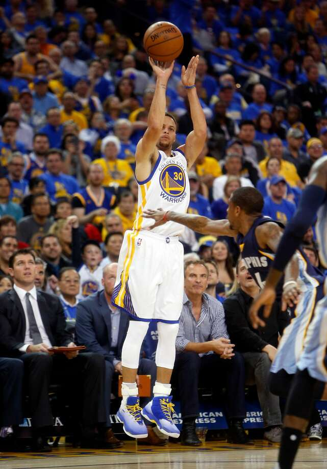 Golden State Warriors' Stephen Curry hits 3-pointer in 1st quarter against Memphis Grizzlies during NBA game at Oracle Arena in Oakland, Calif., on Wednesday, April 13, 2016. Photo: Scott Strazzante, The Chronicle
