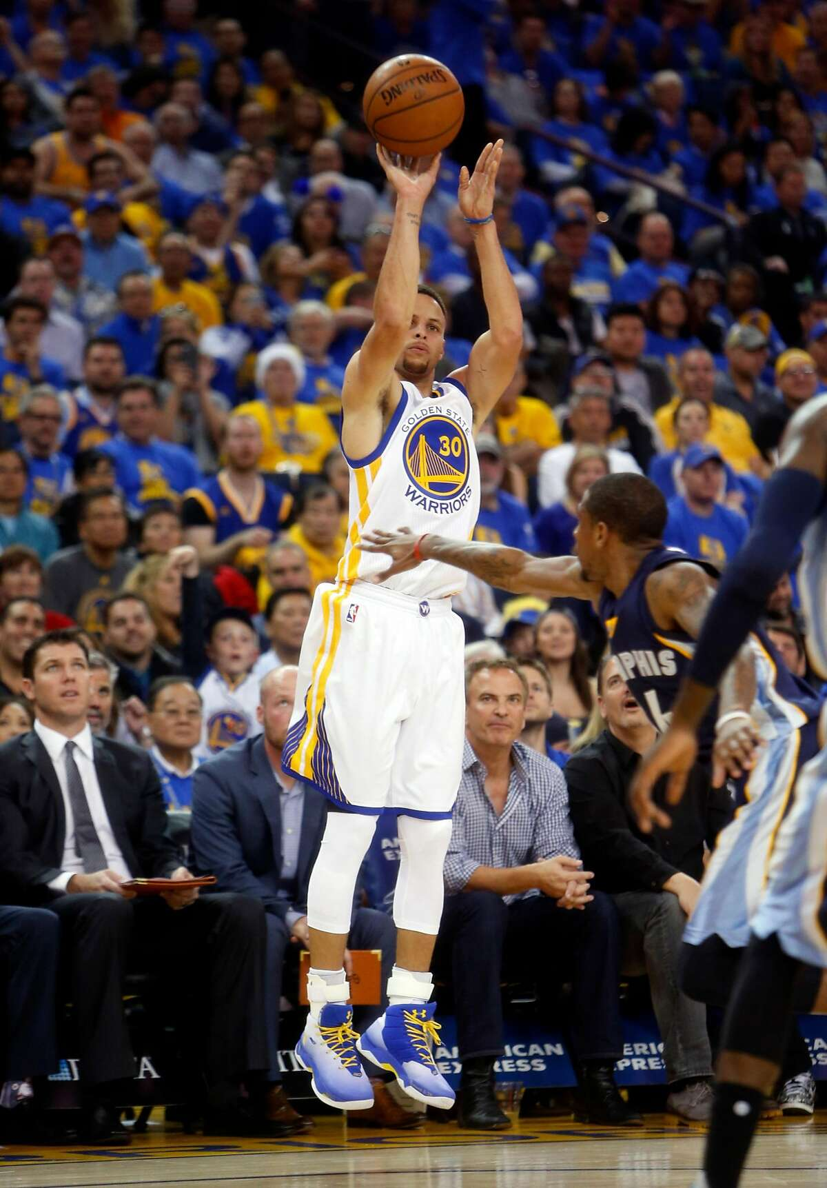 Golden State Warriors' Stephen Curry hits 3-pointer in 1st quarter against Memphis Grizzlies during NBA game at Oracle Arena in Oakland, Calif., on Wednesday, April 13, 2016.