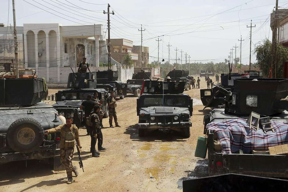 Iraq's counterterrorism forces advance their positions in their fight against the Islamic State group to regain control of Hit. Photo: Khalid Mohammed, AP