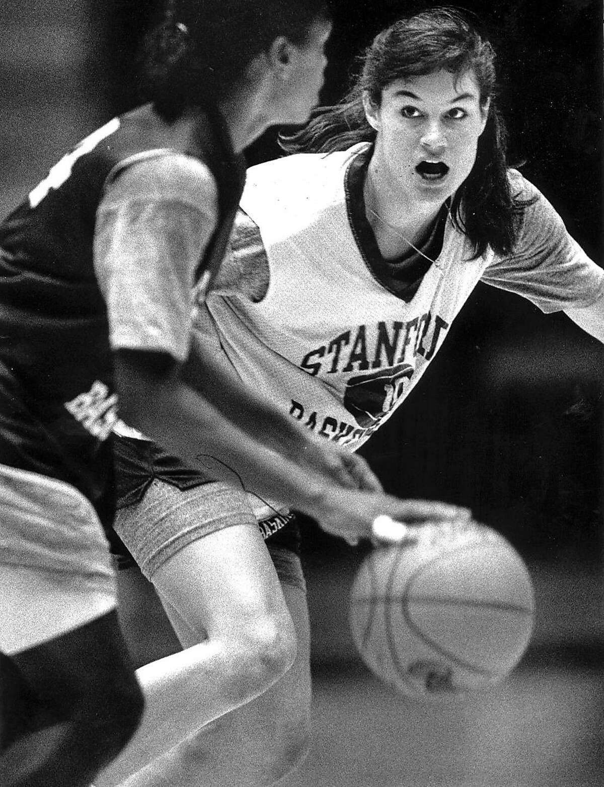 AZZI/B/14FEB90/SP/SCOTT SOMMERDORF THE CHRONICLE. JENNIFER AZZI GUARDS A TEAMMATE DURING STANFORD BASKETBALL PRACTICE AT MAPLES PAVILLION IN PALO ALTO