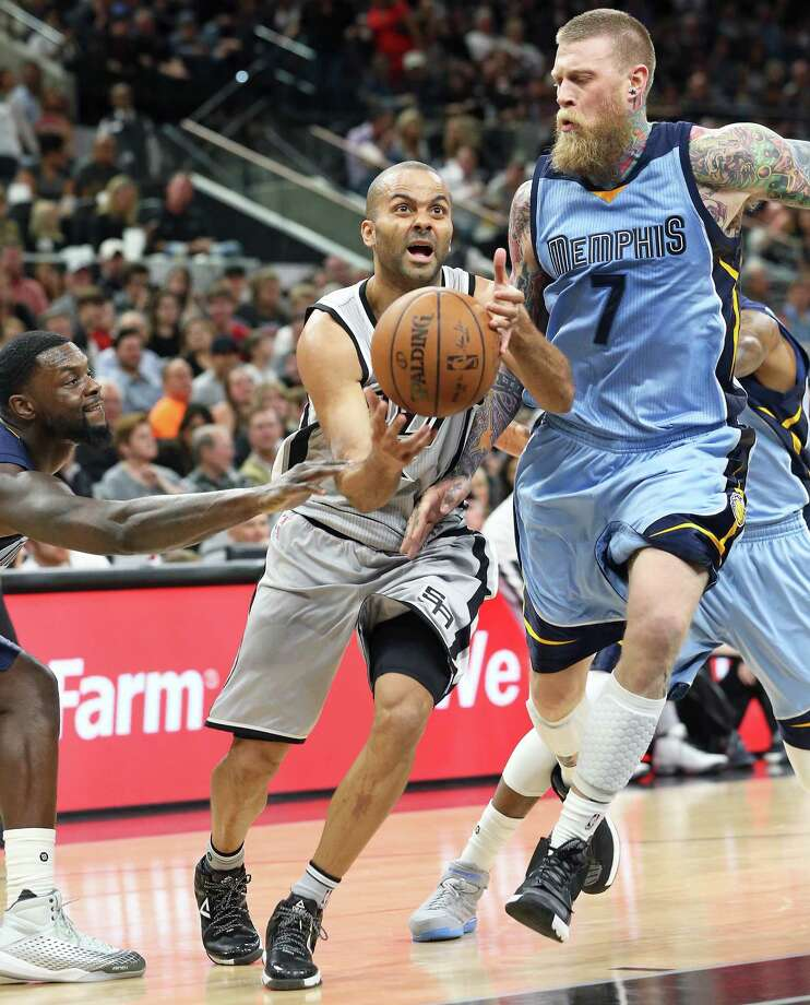 Tony Parker gets away from Lance Stephenson and Chris Anderson and then gets to the lane as the Spurs host the Grizzlies at the AT&T Center on March 25, 2016. Photo: TOM REEL, STAFF / SAN ANTONIO EXPRESS-NEWS / 2016 SAN ANTONIO EXPRESS-NEWS