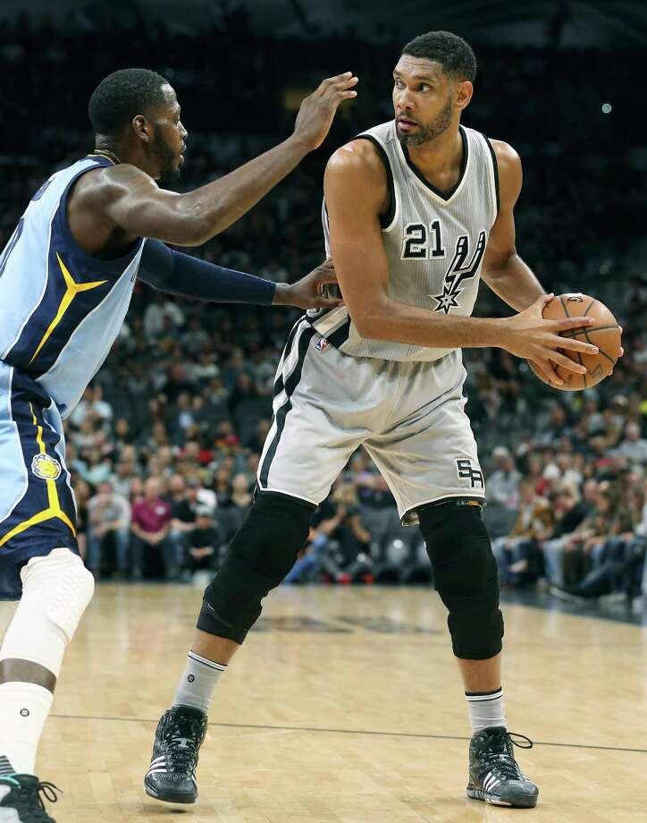 Tim Duncan posts up in the first half as the Spurs host the Grizzlies at the AT&T Center on March 25, 2016. Photo: TOM REEL, STAFF / SAN ANTONIO EXPRESS-NEWS / 2016 SAN ANTONIO EXPRESS-NEWS