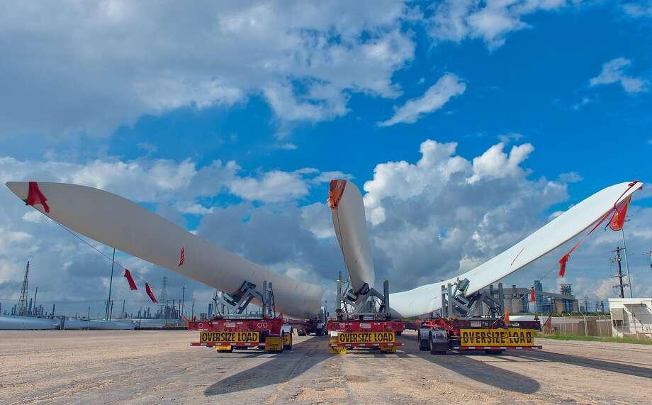 Wind turbine blades sit on trailers waiting for transport at the Port Of Corpus Christi in Corpus Christi, Texas, U.S., on Friday, Nov. 6, 2015. Photo: Eddie Seal, Bloomberg