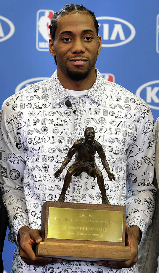Kawhi Leonard is presented the 201516 NBA Defensive Player of the Year award on April 19, 2016, at the Spurs' practice facility. Photo: Bob Owen /San Antonio Express-News / ©2016 San Antonio Express-News