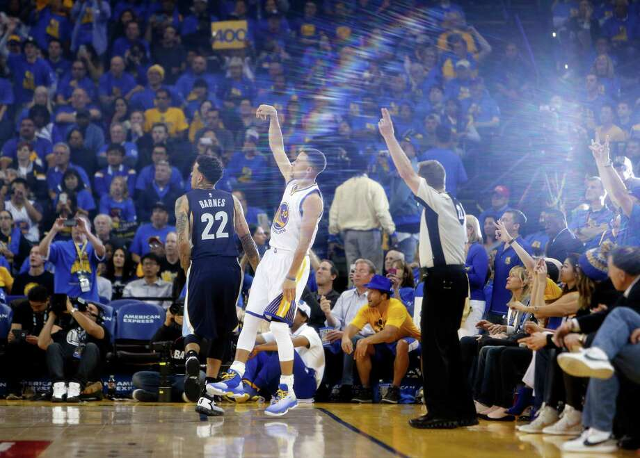 Golden State Warriors' Stephen Curry hits his 400th 3-pointer of the season in 3rd quarter against Memphis Grizzlies during NBA game at Oracle Arena in Oakland, Calif., on Wednesday, April 13, 2016. Photo: Scott Strazzante, The Chronicle / ONLINE_YES