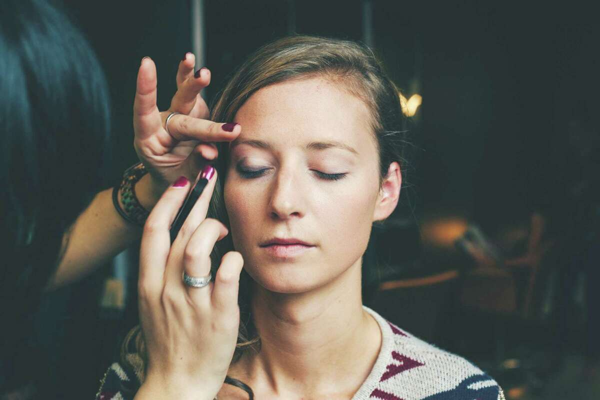 Beauty bars to touch up you and your guests makeup is a trendy way to keep a fresh face all night.(Getty Images)