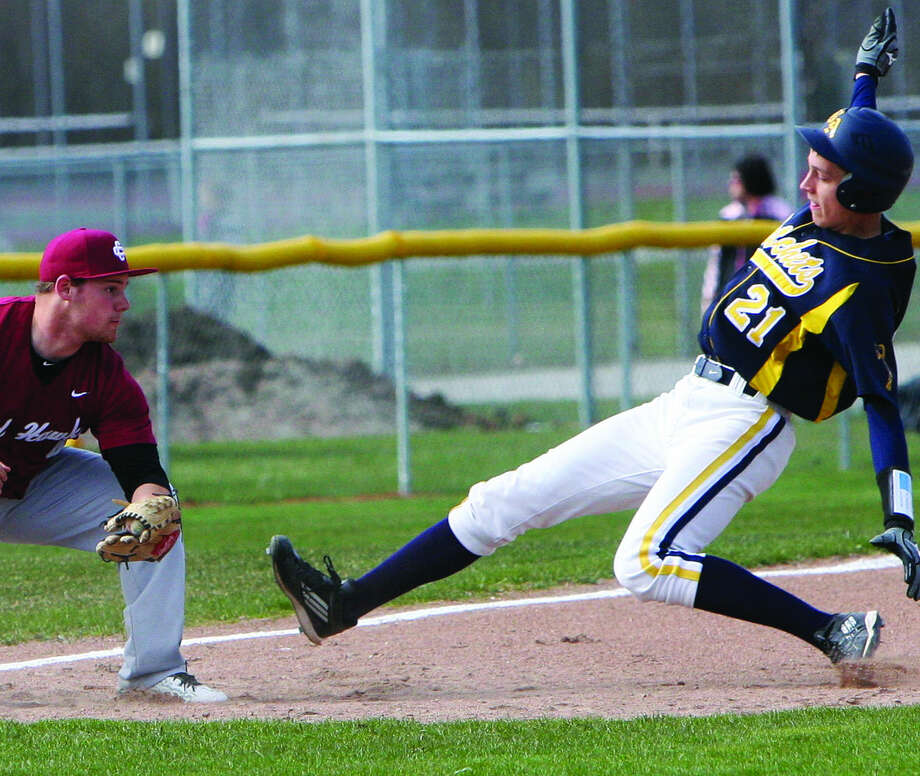 Cass City third baseman Brandon Horne is about to put the tag on Bad Axe baserunner Martin Messing (21) in Game 1. Photo: Seth Stapleton/Huron Daily Tribune