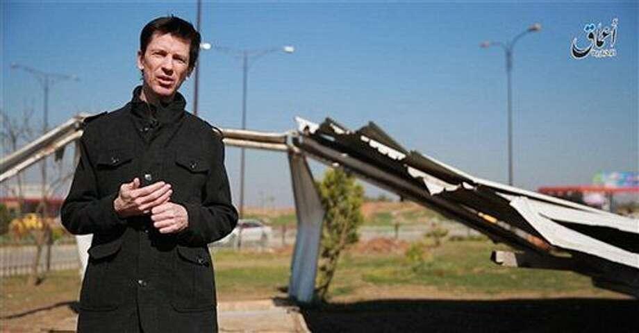 Esta imagen, publicada en internet por la agencia de noticias afiliada al grupo extremista Estado Islámico Amaq el 18 de marzo de 2016, muestra al periodista británico John Cantlie, que está retenido por la milicia, durante una aparición en un video propagandístico del grupo en Mosul, Irak. (militant video, Amaq News Agency via AP) Photo: Uncredited
